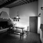 panoramica della cucina con travi in legno della casa colonica eridu in fiesole