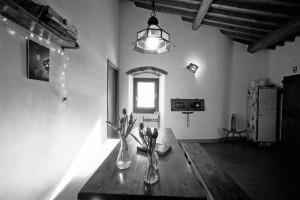 vista della cucina del bb eridu in bianco e nero con travi a vista