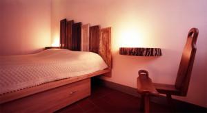 camera con letto costruito con materiali di recupero e riciclo