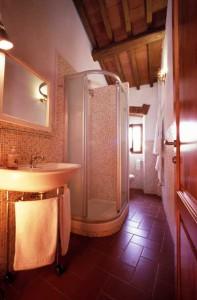 particolare del bagno mosaicato della camera