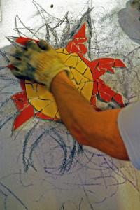 La costruzione di un mosaico con materiali riciclati