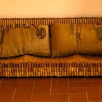 (English) Il sofa realizzato con tappi di sughero del vinonella stanza dell'ozio del bed and breakfast eridu a fiesole vicino firenze  handmade sofa realized with used cork of italian wine at the bb eridu in fiesole tuscany