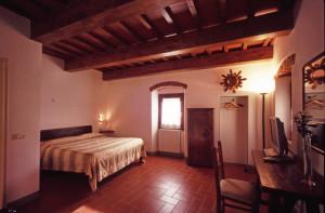 Panoramica della camera arredata con mobilia rustica fiorentina