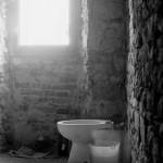 ristrutturazione del bagno camera artigiana del b&b Eridu in Italia