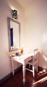 camera con arredo d'interni di modernariato