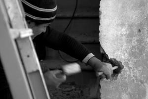 lavoratore lavora alla porta blindada del b&b in Toscana