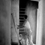 muratore che lavora al retauro del b&b Eridu vicino a Fiesole